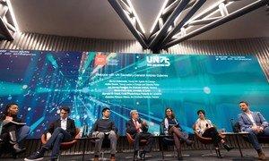 Le Secrétaire général de l'ONU, António Guterres (au centre), lors d'une conversation avec des jeunes à Genève.