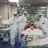 شيانغ لو وفريقه الطبي مع أحد المرضى الذين تماثلوا للشفاء.