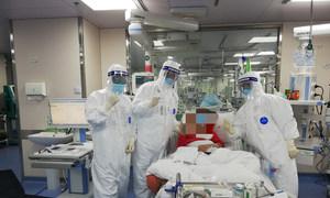 Equipe médica de Xiang Lu em Hubei, China.