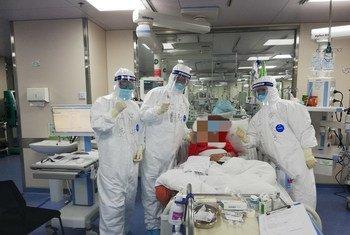 El equipo de Lu Xiang celebra la recuperación de un paciente de COVID-19 en Huangshi.