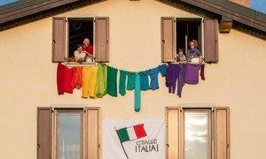 Des Italiens en quarantaine à cause de la pandémie de Covid-19 plaident pour la solidarité.