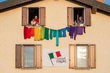 在意大利,自我隔离的人们在表达团结。