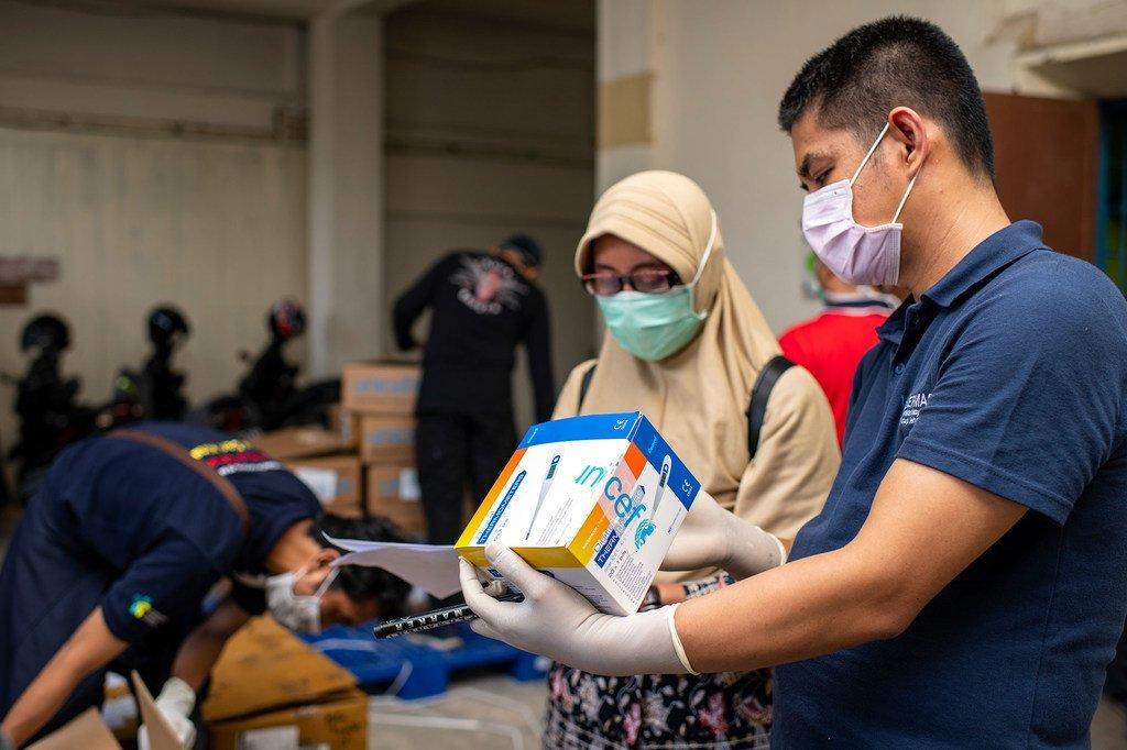 يتم فحص المعدات الطبية التي قدمتها اليونيسف في أحدة المستودعات في إندونيسيا.