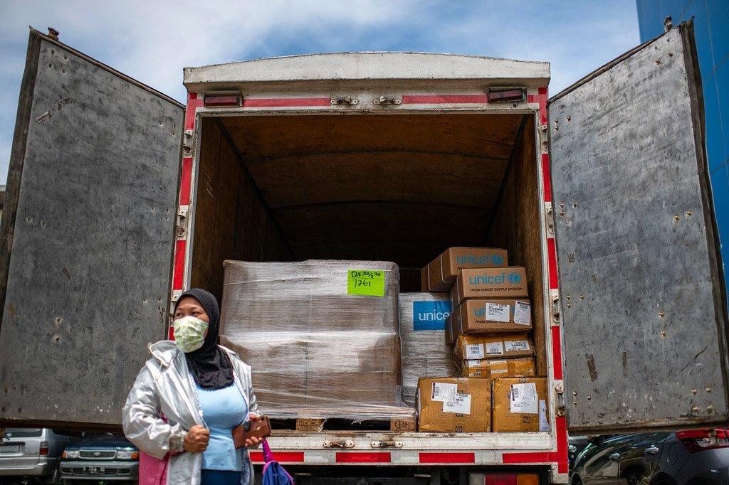 Wahudumu wa afya wapokea vifaa tiba kutoka kwa UNICEF huko Jakarta kwa ajili ya kukabiliana na COVI-19