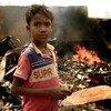 कुटुपलाँग महाशिविर में 23 मार्च को भीषण आग लगने के बाद प्रभावित इलाक़े में एक बच्चा.