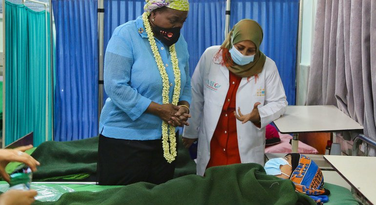 المديرة التنفيذية لصندوق الأمم المتحدة للسكان، نتاليا كانيم، (على اليسار) تتحدث مع مريضة في مستشفى الشعب بعدن في اليمن.