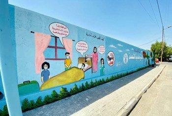 جداريات في منطقة الشعلة بالعراق لتعليم طرق الرعاية المنزلية الصحيحة للمصابين بمرض كوفيد-19.