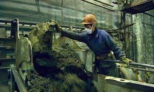 Um mineiro trabalhando em um local de extração mineral em Murmansk, Rússia