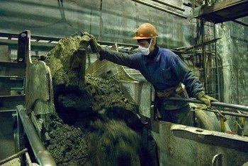 Un minero trabajando en un lugar de extracción de minerales en Murmansk, en el extremo noroeste de Rusia.