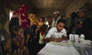 عامل صحي في اليمن يسجل مرضى في إحدى القرى.