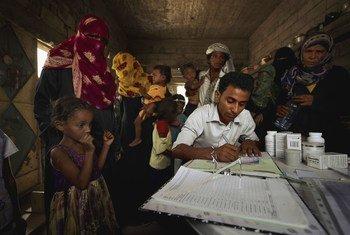 一名医务工作者在也门的一个村庄登记病人。