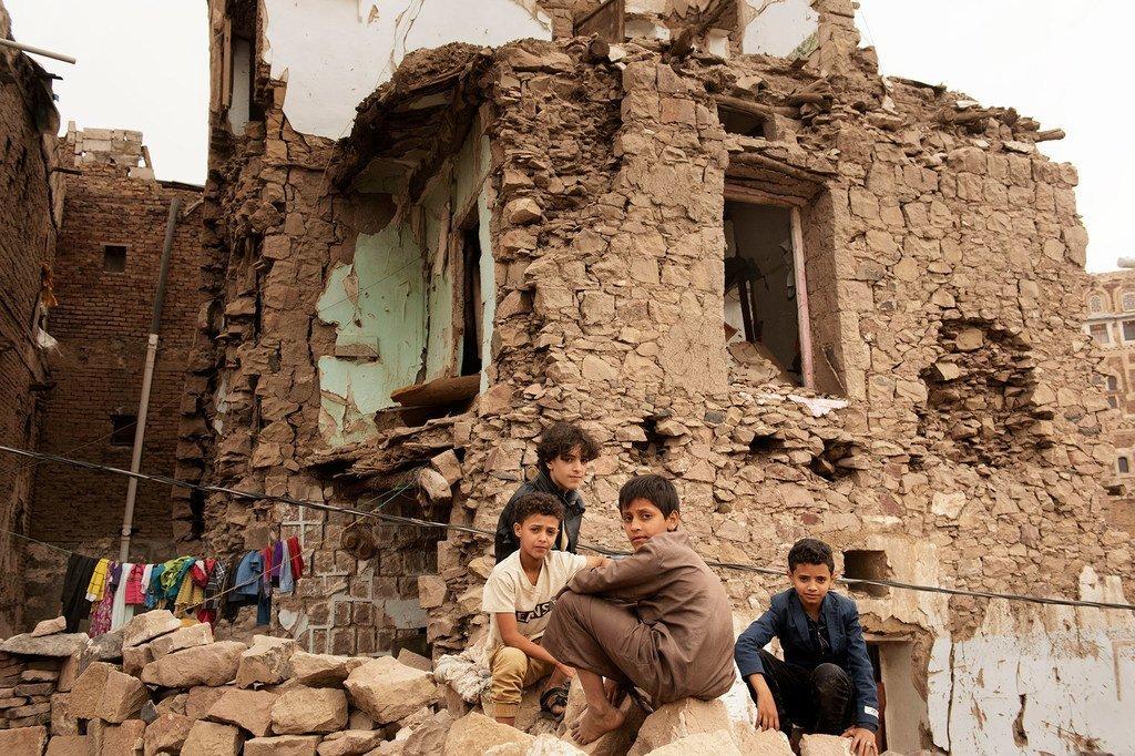 Des enfants devant une maison endommagée par une frappe aérienne dans la vieille ville de Sana'a, au Yémen (photo d'archives).