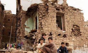 Niños frente a una casa destruida en un bombardeo aéreo en Sana´a, Yemen. (Foto de archivo)