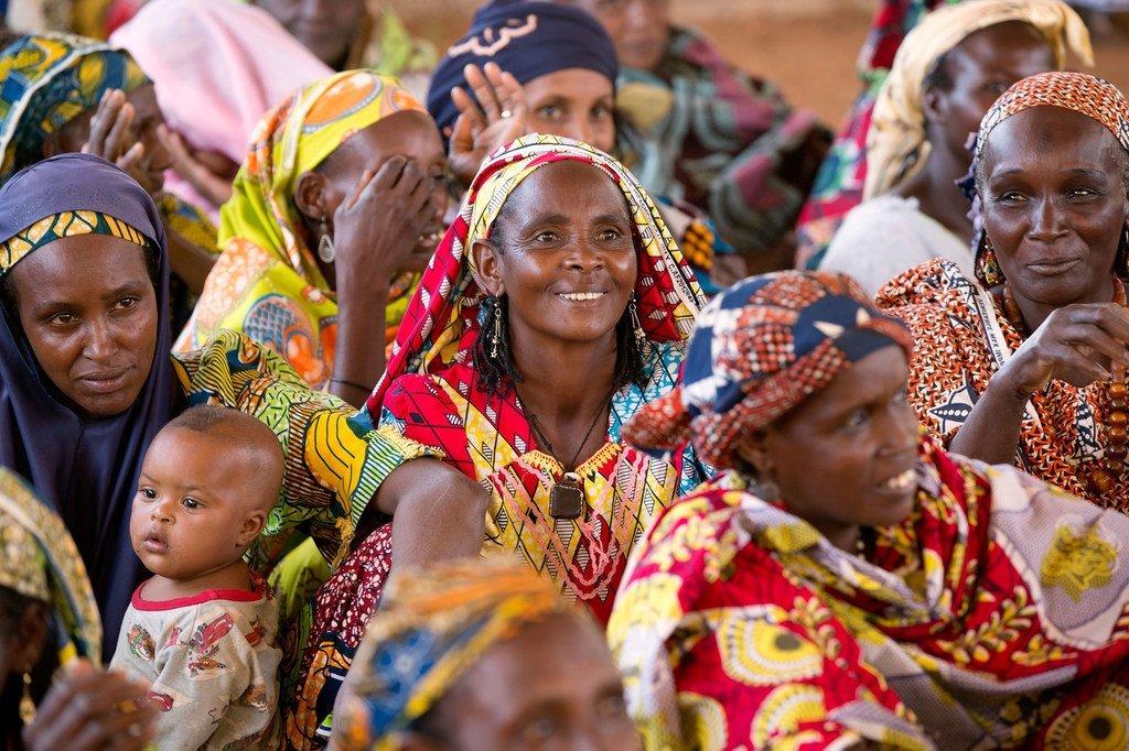 Des femmes participent à une réunion communautaire au Cameroun.