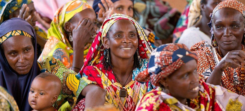 نساء يحضرن اجتماعا مجتمعيا في الكاميرون.