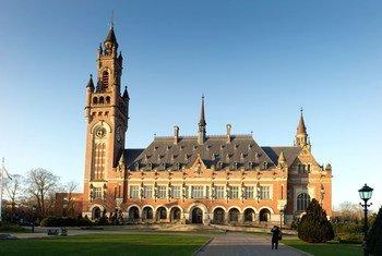 منظر خارجي لقصر السلام في لاهاي (هولندا)، مقر محكمة العدل الدولية منذ عام 1946.