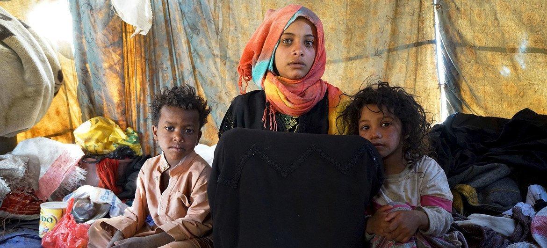 صبية في 15 من عمرها ترعى شقيقيها في خيمة للنازحين داخليا في اليمن، حيث يعيشون مع خمسة أشقاء آخرين.