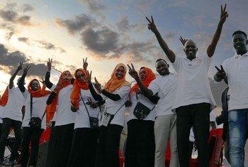 在苏丹西部北达尔富尔州的法希尔,年轻人聚集在一起庆祝国际青年日。