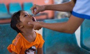 Une fillette est vaccinée contre la polio dans la province de Vientiane, au Laos.