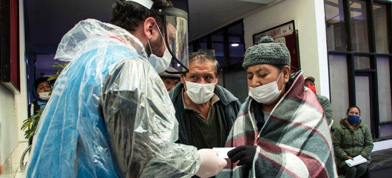 महामारी से प्रभावित लोगों की मदद के लिए यूएन एजेंसी बोलिविया में इलैक्ट्रॉनिक कैश कार्ड का वितरण कर रही है.