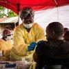Un agent de santé vaccine un homme contre le virus Ebola à Beni, en République démocratique du Congo.