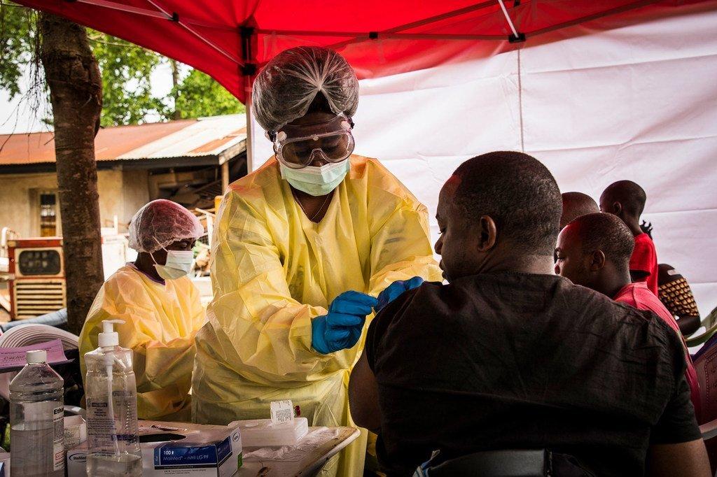 Mhudumu wa afya akimchanja dhidi ya Ebola, mwanaume mjini Beni, mashariki mwa Jamhuri ya kidemokrasia ya Congo, DRC.