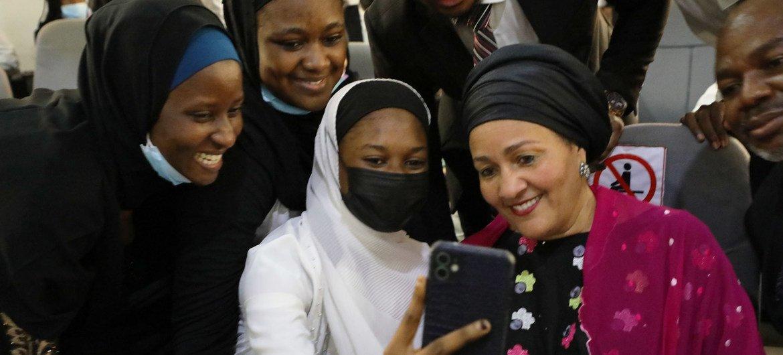 نائبة الأمين العام للأمم المتحدة أمينة محمد تتفاعل مع فتيات في جامعة بايز أبوجا في نيجيريا.