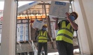 من الأرشيف: توزيع المساعدات إلى سوريا من تركيا عبر معبر باب الهوى الحدودي.