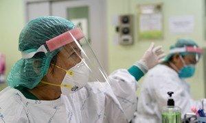 عاملون في الخطوط الأمامية يرتدون ملابس واقية في أحد المستشفيات في تايلند.