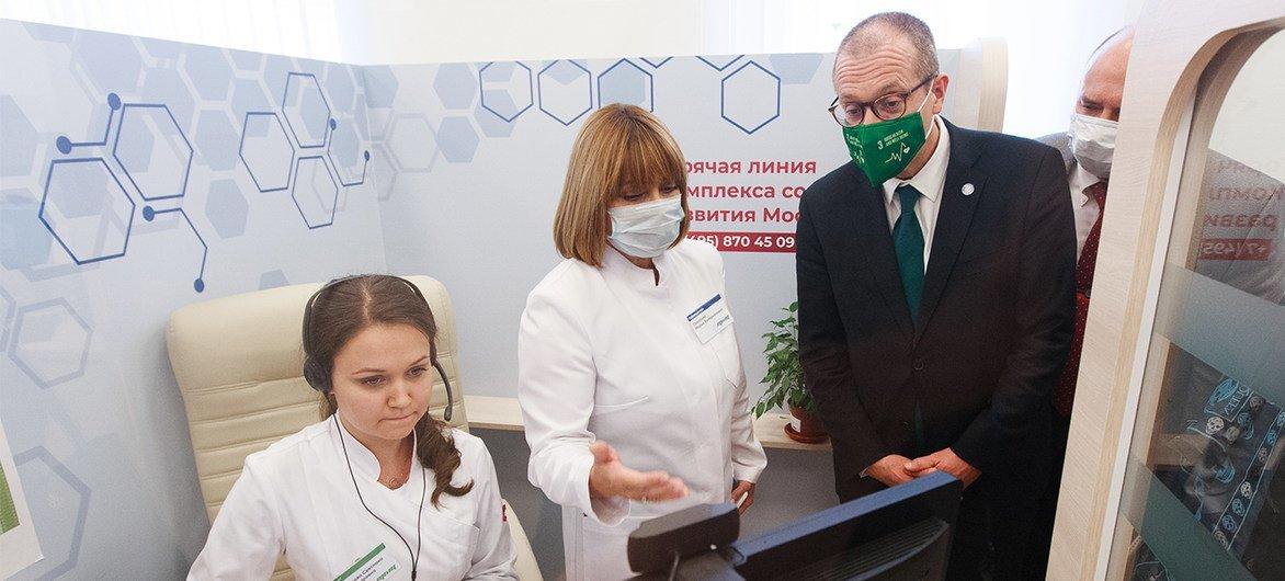 Chefe da OMS na Europa, Hans Kluge, de visita a um centro de telemedicina durante pandemia