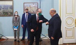 В ходе визита в Москву глава Европейского бюро ВОЗ Ханс Клюге встретился с премьер-министром России Михаилом Мишустиным