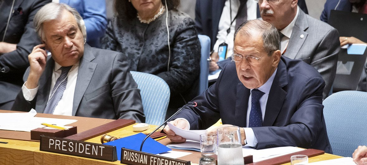 The Russian Foreign Minister Sergey Lavrov (r) addresses the UN Security Council on 25 September 2019, as the UN Secretary-General António Guterres (l) looks on.