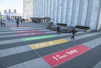 Representación de los 17 Objetivos de Desarrollo Sostenible pintados en el suelo de a entrada de visitantes de las Naciones Unidas.
