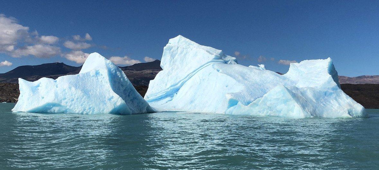 Un iceberg flota en el Canal Upsala, en Punta Bandera, Argentina.