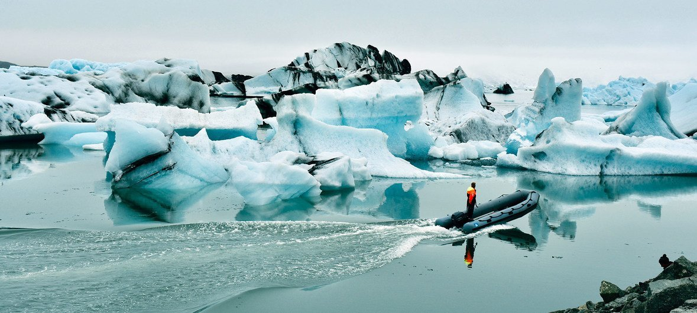 冰岛的杰古沙龙冰河湖(Jökulsárlón)由冰川融水自然形成,大块的海冰不断从消融的冰川上落下,冰河湖的面积正在扩大。