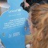 В Конвенции по правам ребенка признается, в частности, право детей на свободу мысли, совести и религии. На фото – девочка читает одно из положений Конвенции.