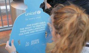 Criança segura cartaz do Unicef