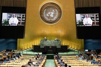 El Papa Francisco (en las pantallas) se dirige al debate general del septuagésimo quinto período de sesiones de la Asamblea General.