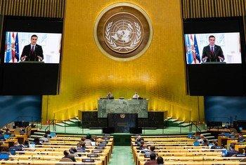 El Presidente de España, Pedro Sánchez (en las pantallas), interviene en el debate general del septuagésimo quinto período de sesiones de la Asamblea General.