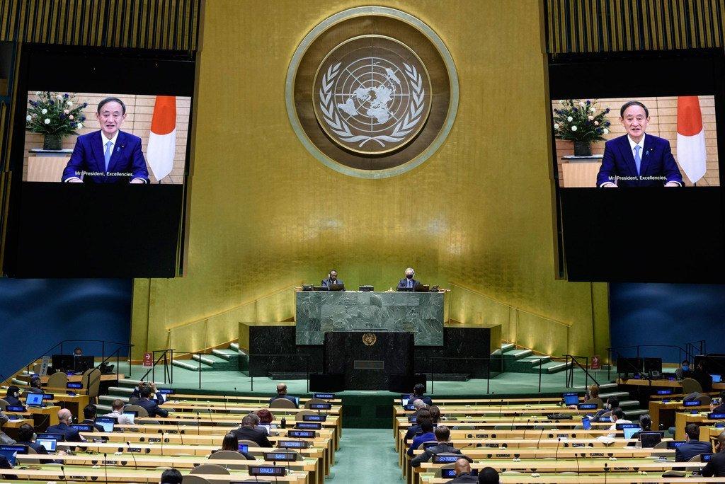 日本首相菅义伟(屏幕上)在联合国大会第七十五届会议一般性辩论上讲话。