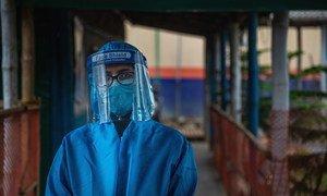 أخصائيو الرعاية الصحية يعملون على مدار الساعة لتقديم الدعم الكافي للاجئين الروهينغا في مخيم كوكس بازار في بنغلاديش.