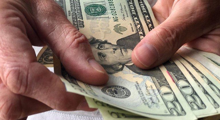 На фоне пандемии объемы семейных денежных переводов сократились не так значительно, как опасались эксперты.