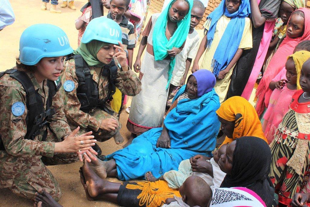 Des Casques bleus pakistanais au contact de la population locale dans le nord du Darfour, au Soudan.