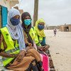 متطوعون شباب يعملون على رفع مستوى الوعي حول مرض كوفيد -19 في نواكشوط، موريتانيا.