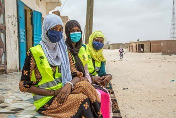 De jeunes volontaires sensibilisent les gens au coronavirus en Mauritanie.