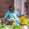 Многие женщины, особенно в бедных и развивающихся странах, заняты в неформальном секторе и поэтому лишены социальной защиты.