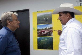 """Alexander Parra Uribe le muestra al Secretario General, António Guterres, el proyecto turístico de """"Ambientes para la Paz"""" durante su visita a Mesetas, Meta, Colombia, en 2018."""