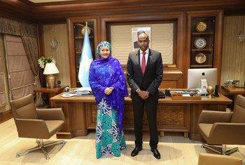 La Vice-Secrétaire générale des Nations Unies, Amina Mohammed (à gauche) rencontre le Premier ministre de Somalie, Hassan Ali Khayre, à Mogadiscio.