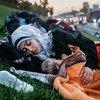 Бездомная женщина ночует на улице вместе со своим ребенком.