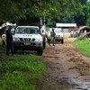 جنود حفظ السلام التابعون للأمم المتحدة في جمهورية إفريقيا الوسطى يقومون بدوريات في إحدى القرى في الشمال الغربي من البلاد.